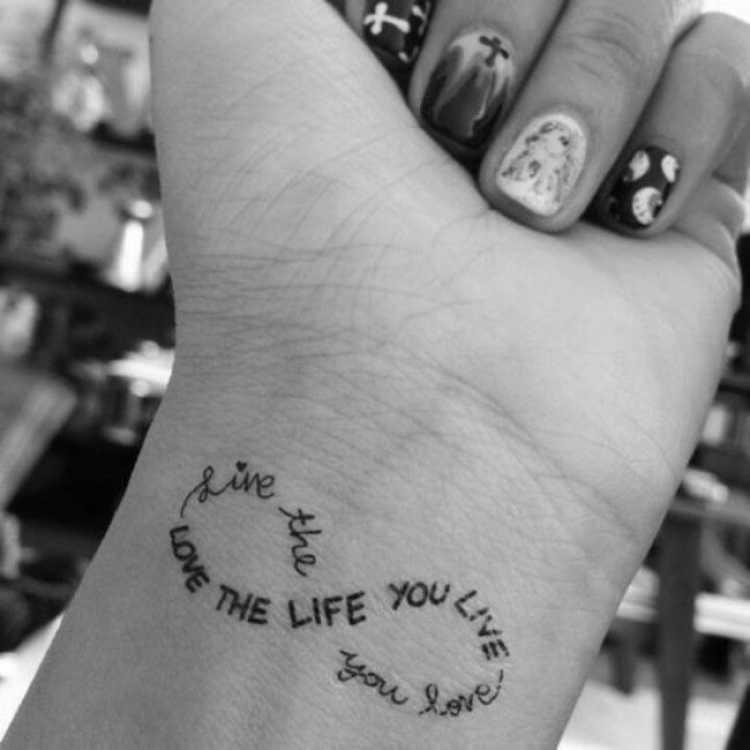 Tatuagem com dizeres que formam o símbolo do infinito