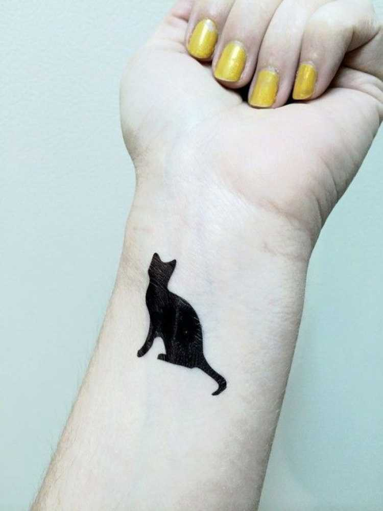 Tatuagem com o desenho de um gato preto no punho