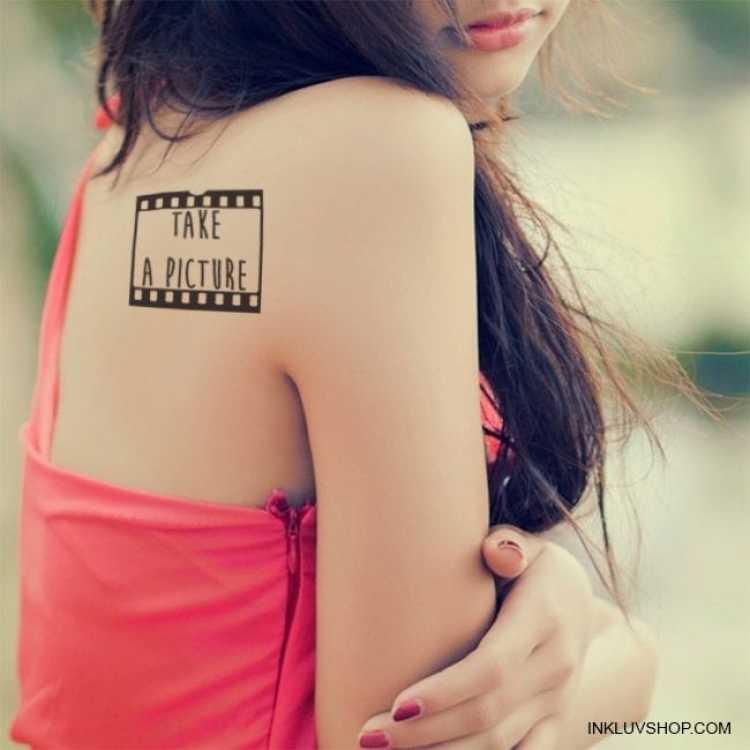 Tatuagem delicada no canto superior das costas