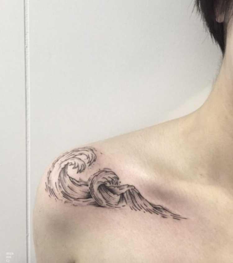 Tatuagem feminina com o desenho de ondas do mar