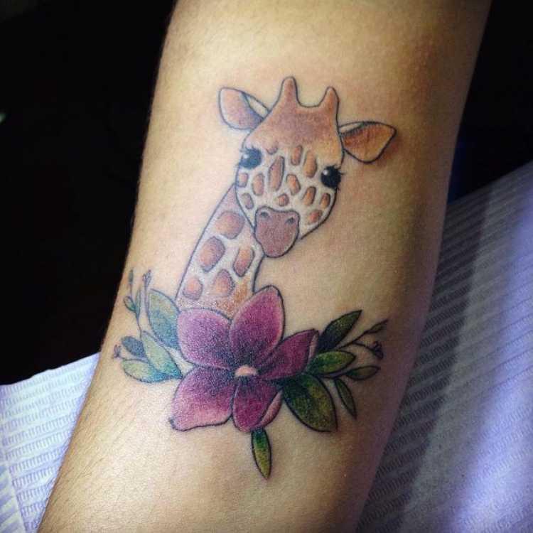 Tatuagem feminina com o desenho de uma girafa