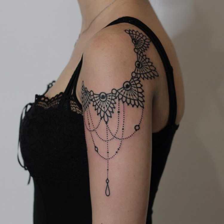 Tatuagem feminina no ombro e no braço