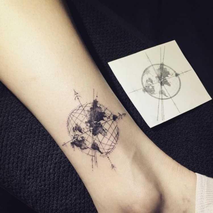 Tatuagem feminina no tornozelo