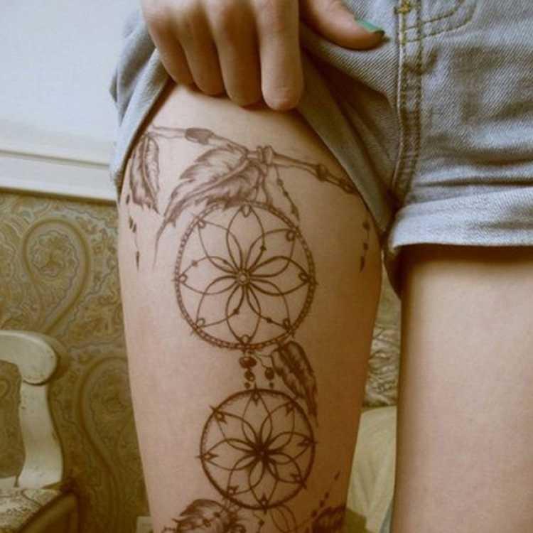 Tatuagem grande na coxa