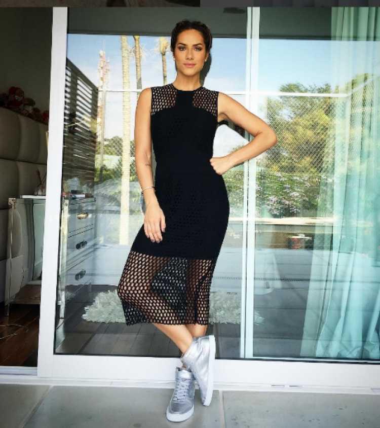 Vestido preto + tênis é uma das ideias de look para usar numa festa a noite