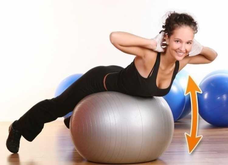 Abdominal com bola de Pilates é um dos melhores exercícios para reduzir as gordurinhas nas costas e cintura