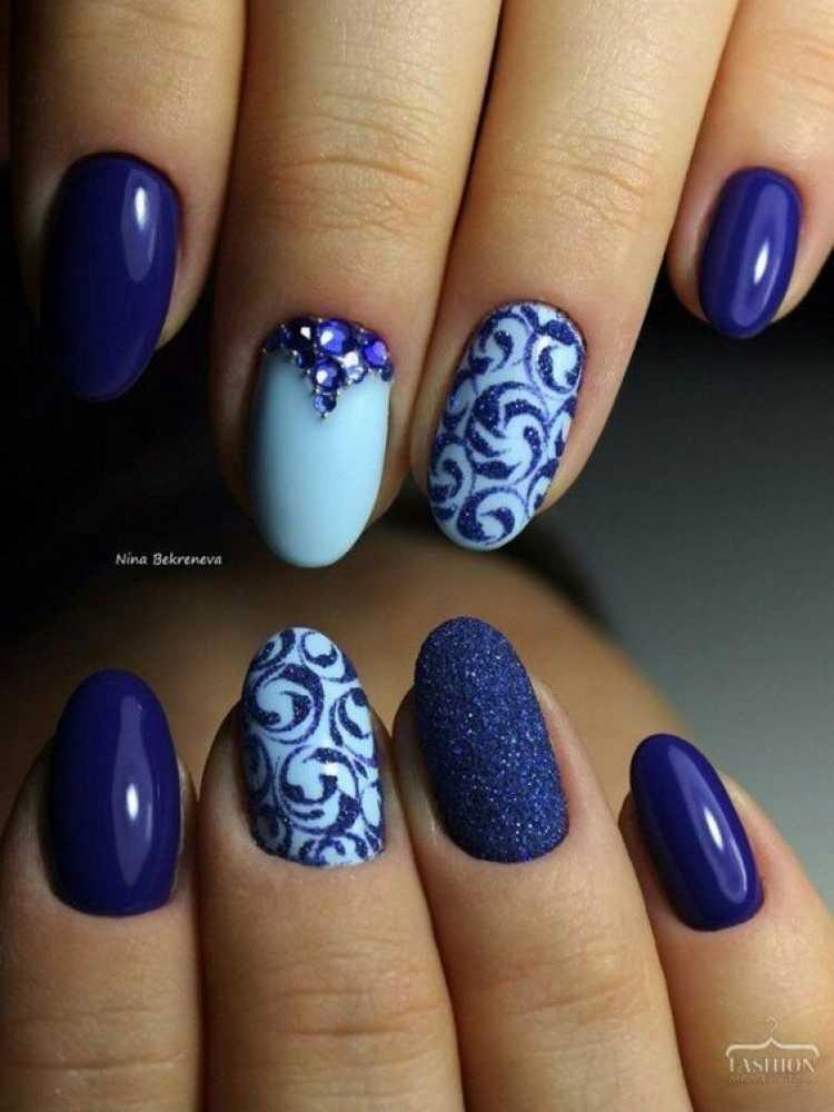 Unhas decoradas com esmalte azul