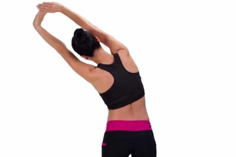 Flexão lateral é um dos exercícios para acabar de vez com a dor nas costas em 9 minutos