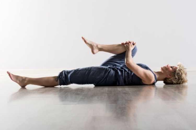 Joelho no peito é um dos exercícios para acabar de vez com a dor nas costas em 9 minutos