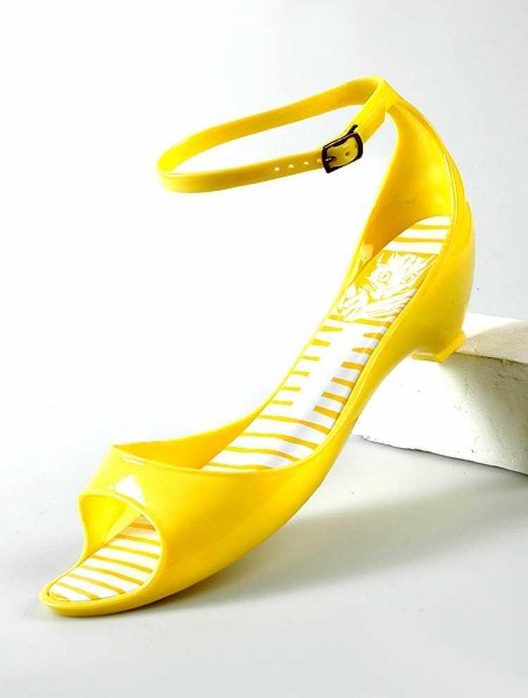 Sapatos e acessórios de plástico é um dos itens da moda verão 2019 para você colocar na lista de desejos