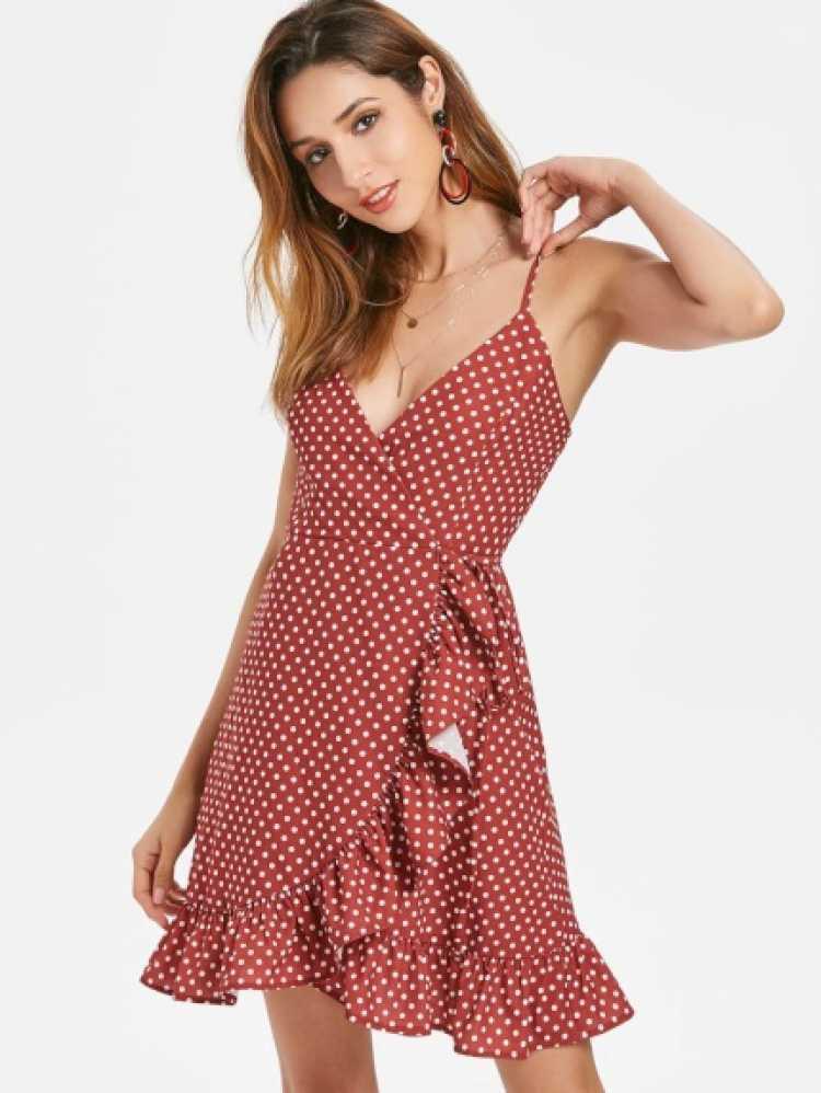 O wrap dress é inspirado nas mulheres francesas e é marcado por estampas alegres, fendas e amarrações.