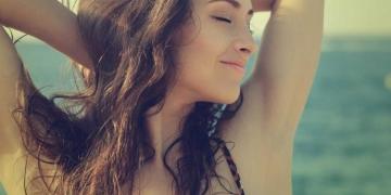 perfumes femininos refrescantes que combinam com os dias quentes