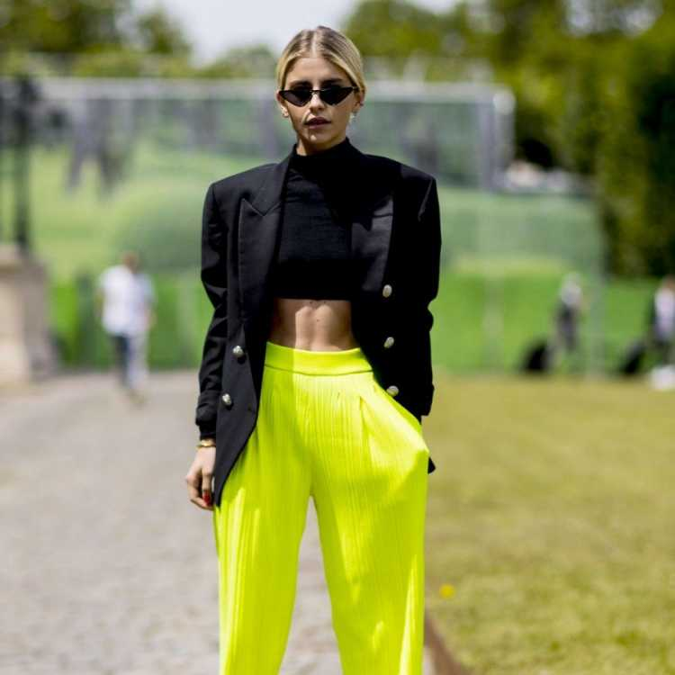 Calça amarelo neon ilustra bem a ousadia da moda para o inverno 2019.