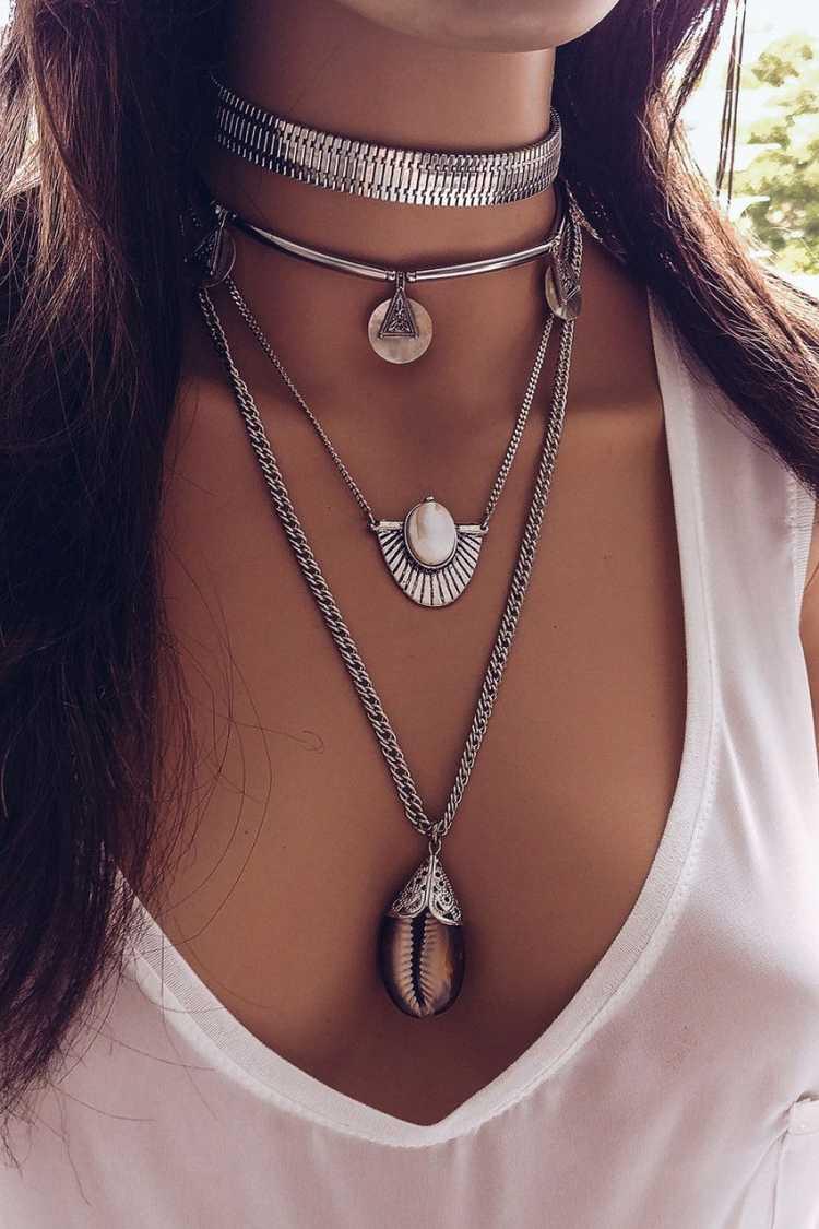 Composição com vários colares é uma das tendências em semijoias no verão 2019