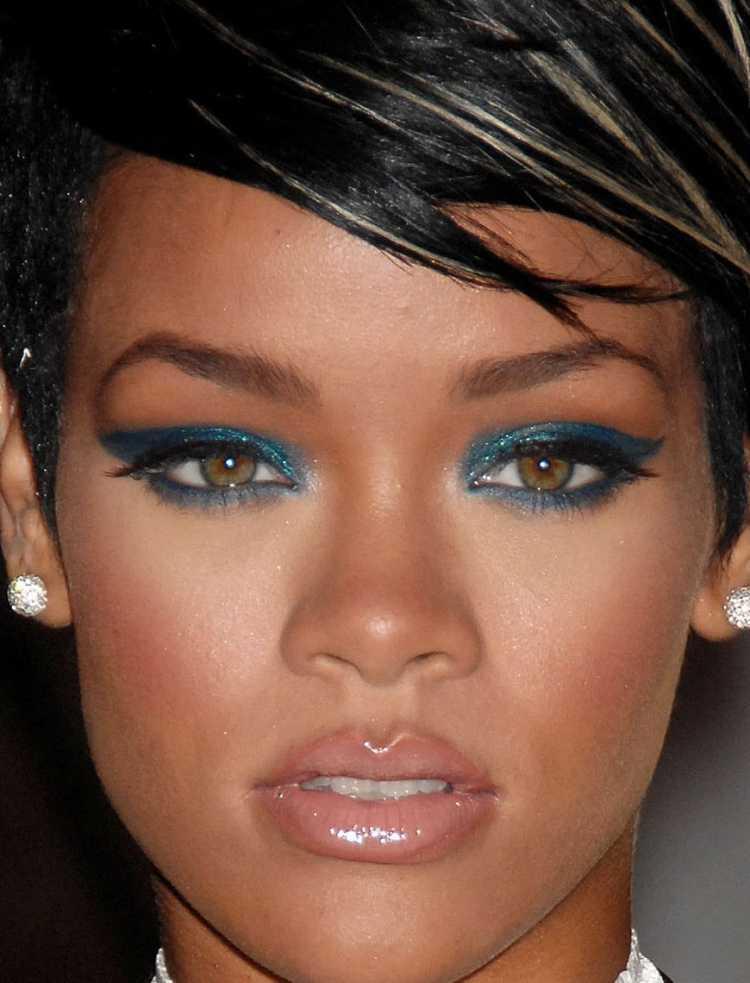 Olho com contorno azul e boca nude é uma das maquiagens lacradoras para o Réveillon
