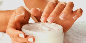 truques super simples para fazer o perfume durar mais na pele e na roupa