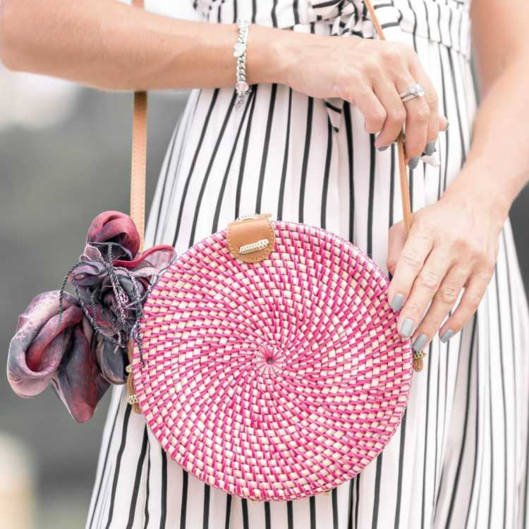 Bolsa redonda de palha são peças-chave do verão 2019