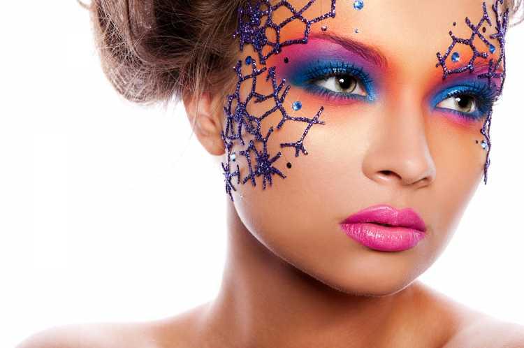 Make com adesivos é uma das tendências para maquiagem de carnaval em 2019