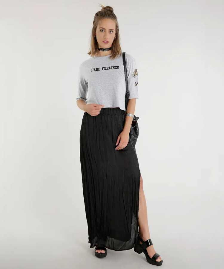 Saia longa é uma das opções para usar roupa preta no verão sem passar calor