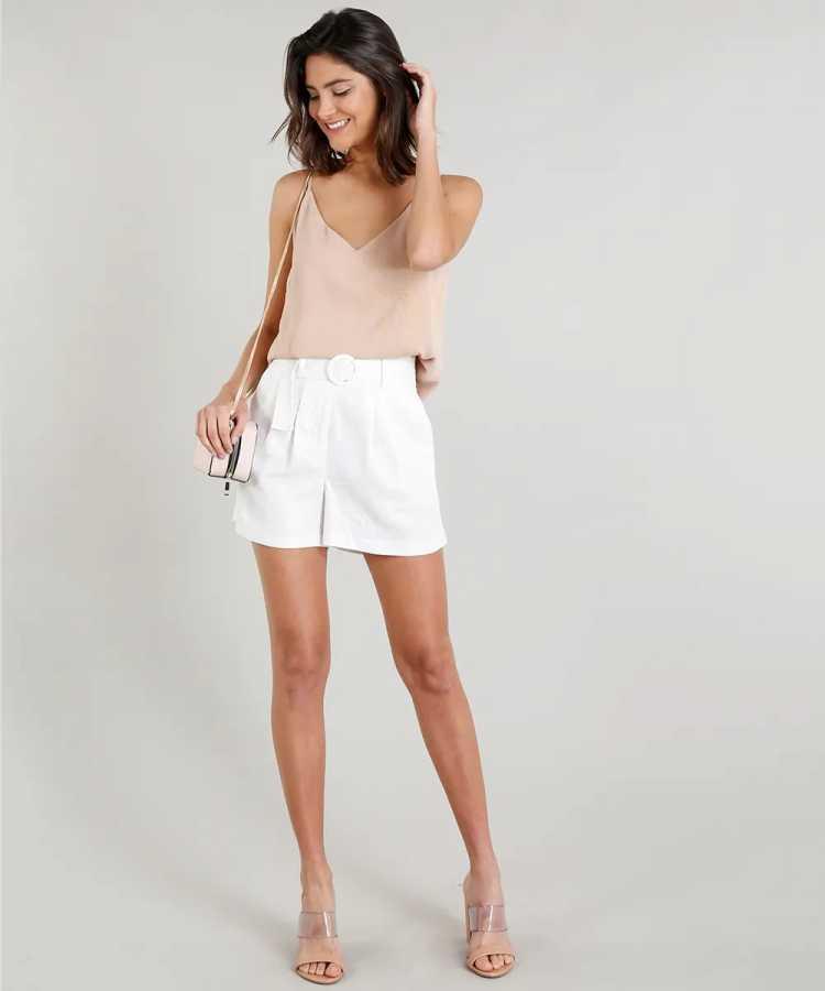 Shorts são uma das roupas de linho que combinam com dias quentes
