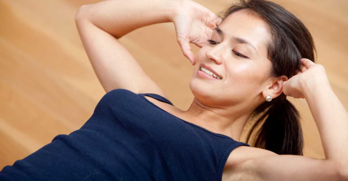 Abdominal com as pernas no sofá: O top 1 dos exercícios para perder gordura localizada