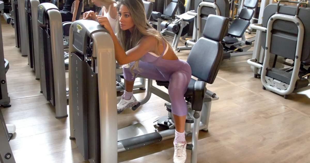 Ex-BBB Mayra Cardi treinando na Cadeira abdutora COM INCLINAÇÃO DO TRONCO