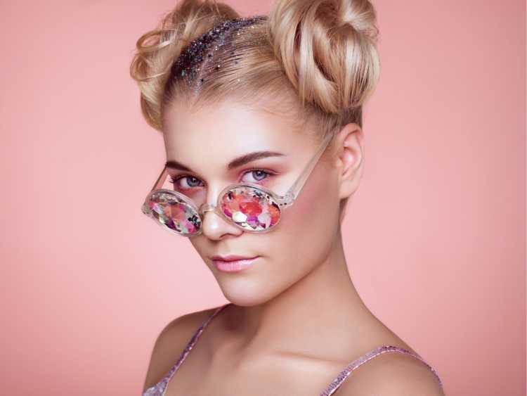 Space buns com glitter é um dos penteados presos para o carnaval coque tutorial