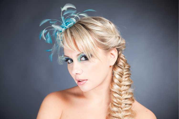 trança lateral com enfeite é um dos penteados presos para o carnaval