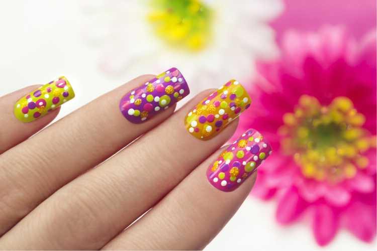 Unhas com bolinhas é uma das dicas para parecer unha decorada de confete