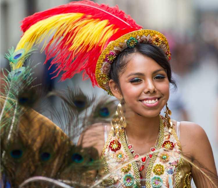 arranjo com penas é um dos acessórios de cabelo para carnaval