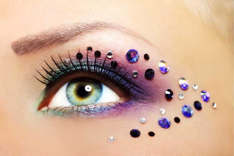 colar cristais é um dos truques para a maquiagem perfeita de Carnaval