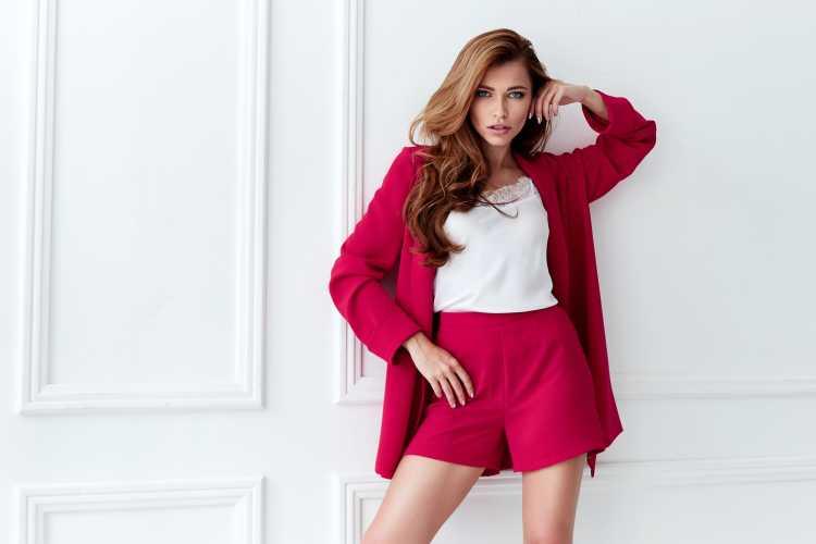 conjunto vermelho de blazer e short de alfaiataria
