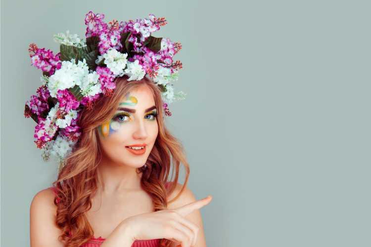 coroa de flores extravagante é um dos acessórios de cabelo para carnaval