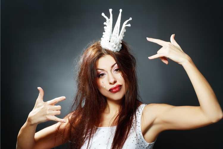 coroa é um dos acessórios de cabelo para carnaval