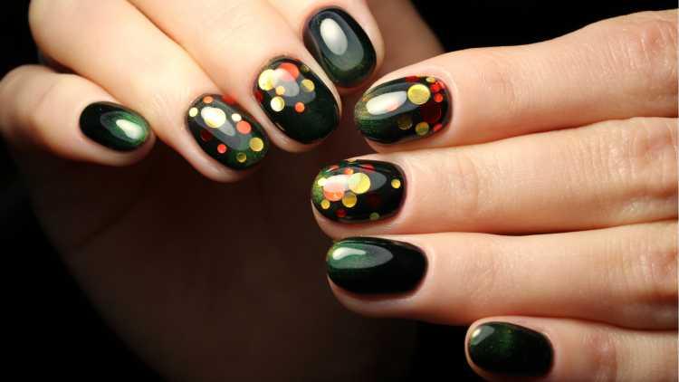 esmalte preto com bolinhas coloridas imitam unha decorada de confete