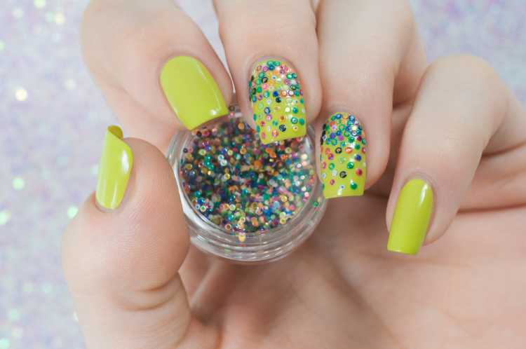 esmalte verde com miçangas coloridas imitam unha decorada de confete
