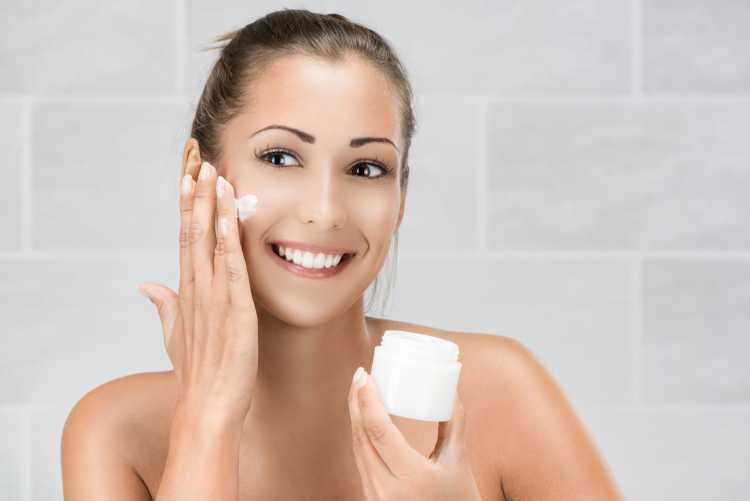 hidratar a pele é um dos truques para a maquiagem perfeita de Carnaval