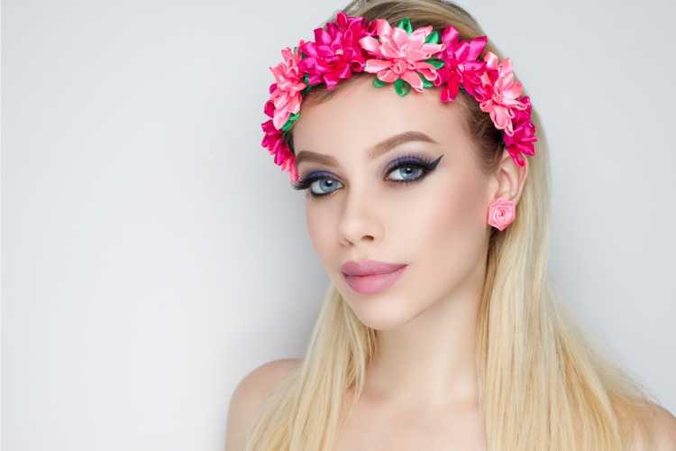 tiara de flores discreta é um dos acessórios de cabelo para carnaval