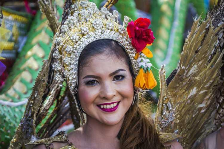 tiara é um dos acessórios de cabelo para carnaval
