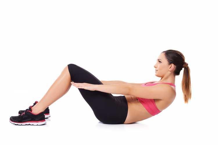 Abdominal curto com os braços estendidos é um dos exercícios para queimar gordura visceral