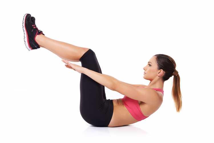 Abdominal curto com pernas elevadas é um dos exercícios para queimar gordura visceral