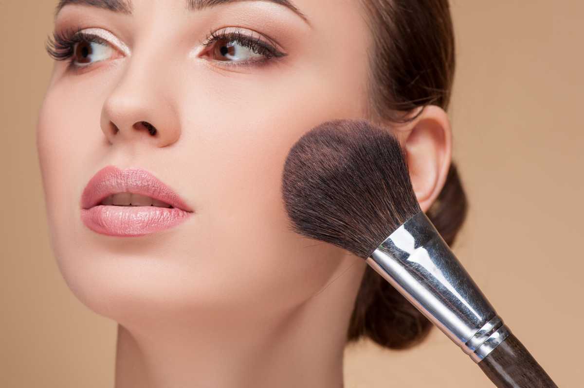 Na maquiagem para fotos, use o blush nas maçãs do rosto