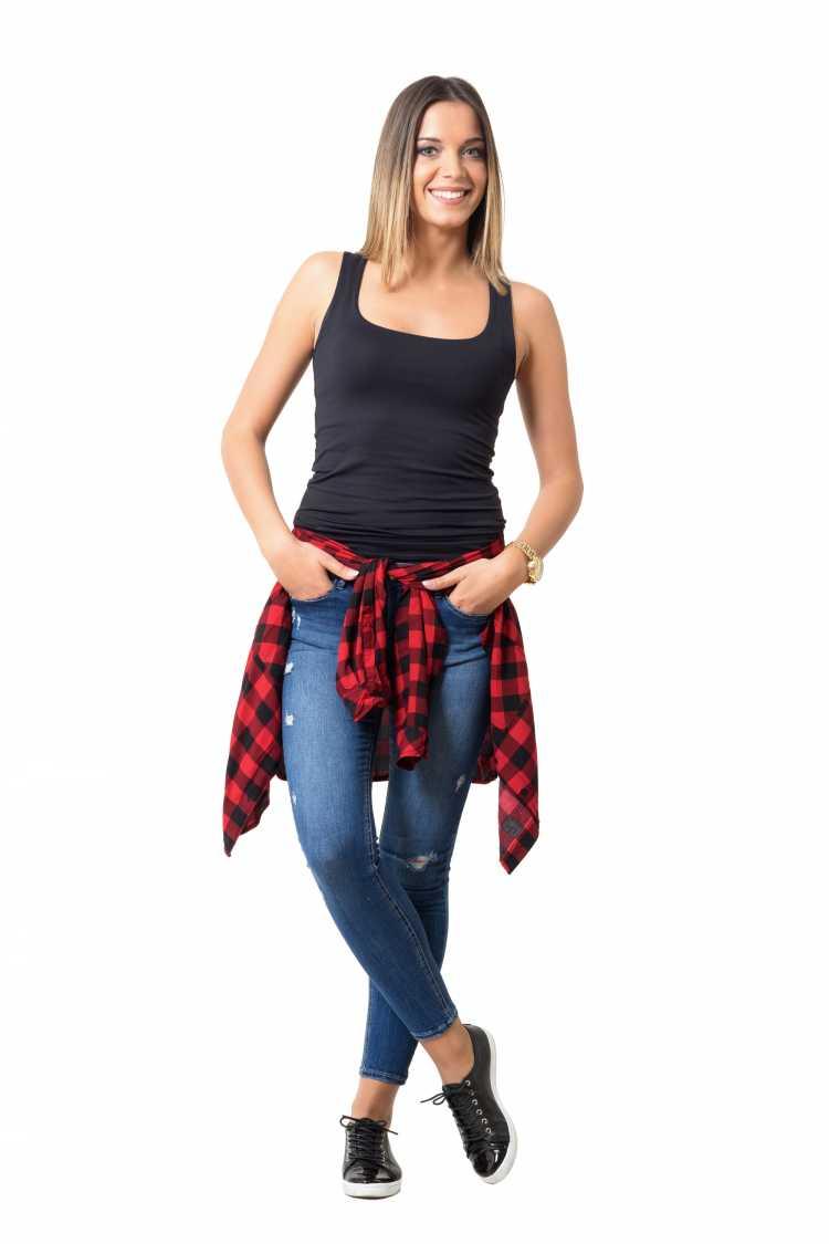 Como se vestir para ir a um show com blusa xadrez amarrada na cintura