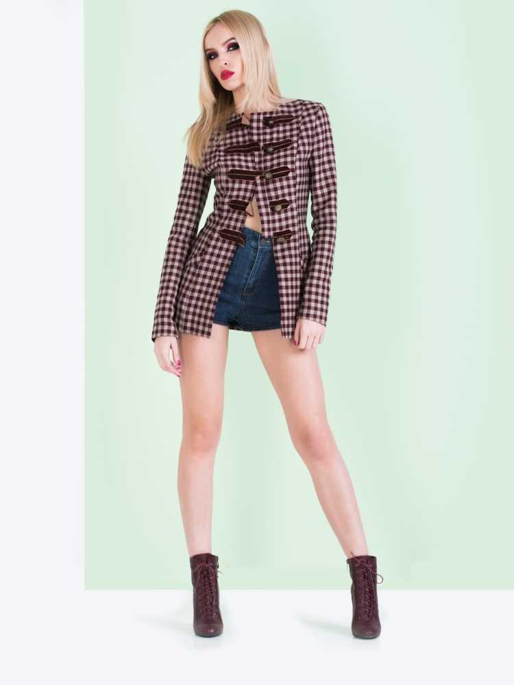 Como se vestir para ir a um show com short e blusa xadrez marrom
