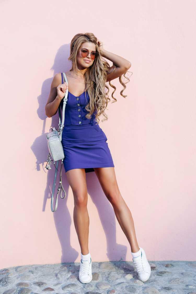 Como se vestir para ir a um show de vestido azul e tênis