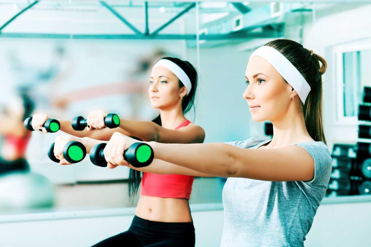 Elevação frontal é um dos melhores exercícios para fortalecer braços flácidos