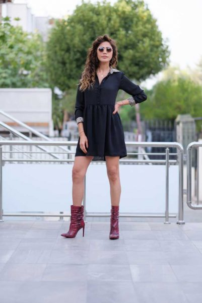 Look com vestido preto e bota country