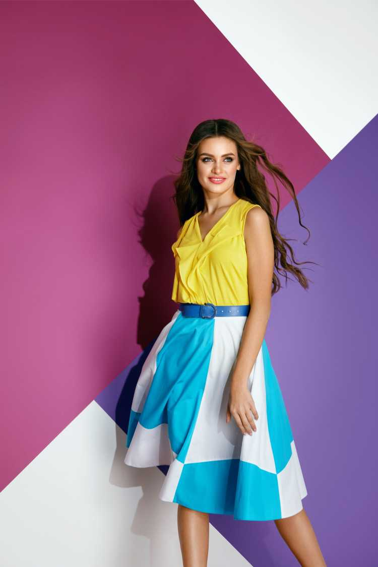 Looks com Mix de Cores com amarelo e saia azul