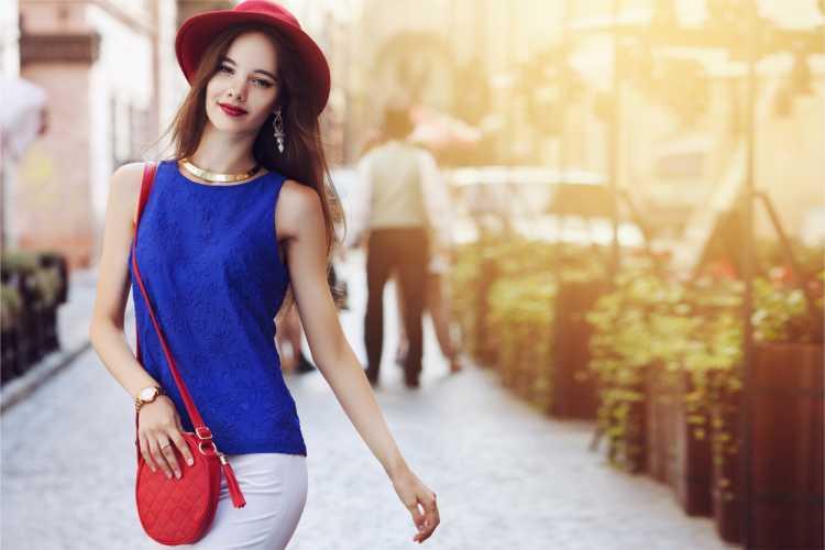 Looks com Mix de Cores com blusa azul e bolsa vermelha