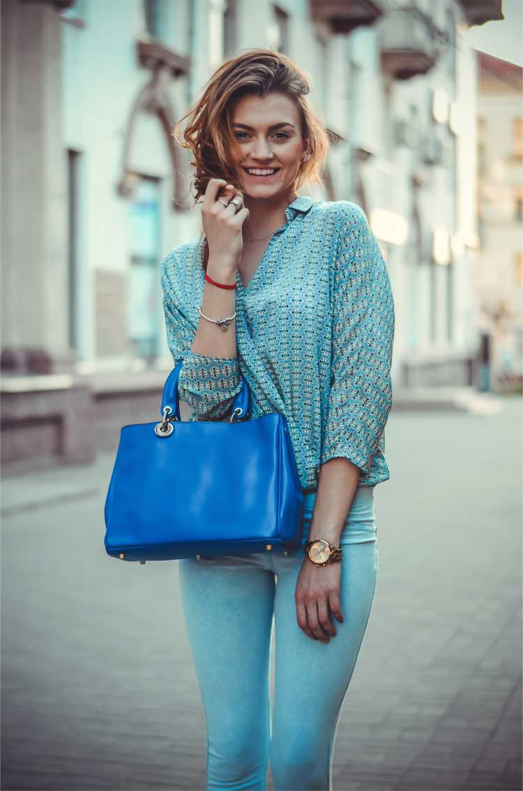 Looks com Mix de Cores com blusa verde, calça verde e bolsa azul